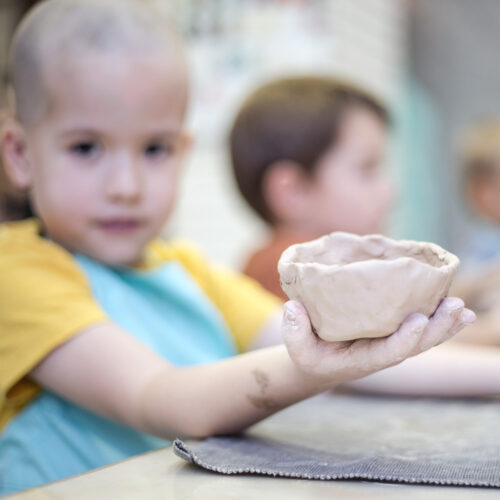 Даже самые маленькие самостоятельно могут слепить тарелочку