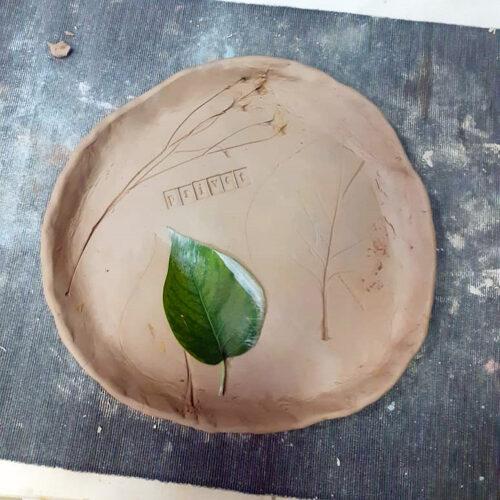 Веточки и листья тоже используются для оттисков на глине