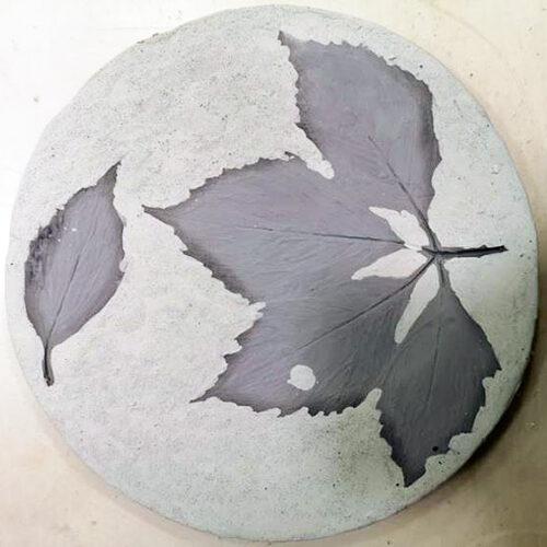 Для отпечатков на тарелках можно использовать настоящие листья и ветки