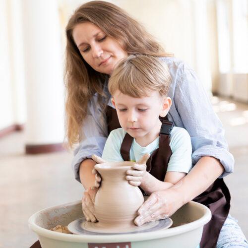 Мама и сынок выкручивают вазочку