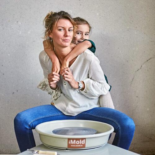 Мама с дочкой за кругом